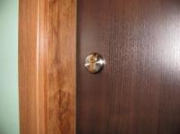 Изглед от горната ключалка на блиндирана врата
